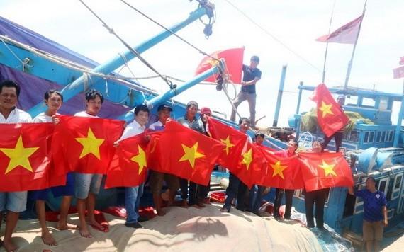 平順省漁民展開國旗合照。(圖源:勞動者報)