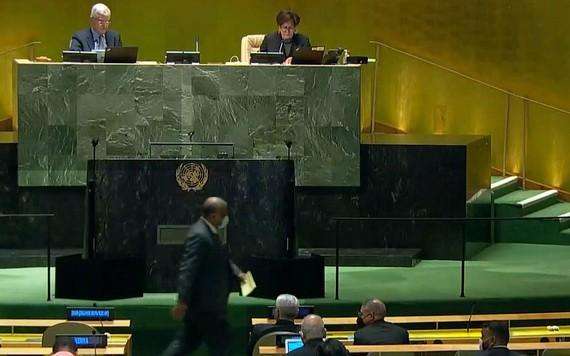 2021年6月11日,在安理會五個非常任理事國的選舉中,阿聯酋大使走向投票箱。(圖源:聯合國)