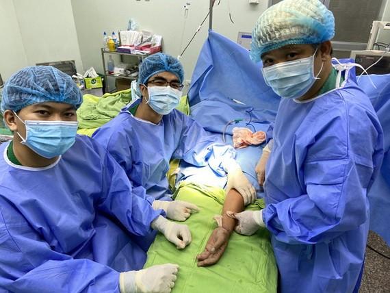 芹苴醫院成功施行手掌接合手術