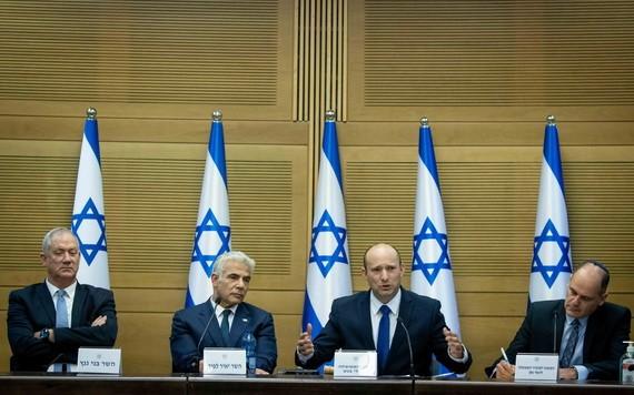 以色列新任總理貝內特(右二)在耶路撒冷參加新一屆政府第一次內閣會議。(圖源:新華社)