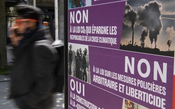 瑞士街頭關於這次公投的宣傳畫,呼籲民眾否決《反恐法》和新修訂的《二氧化碳減排法》。(圖源:路透社)