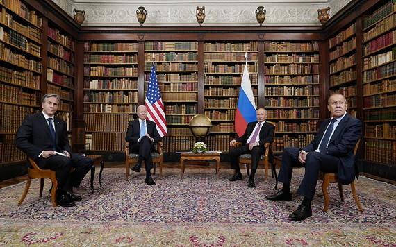 俄羅斯總統普京(右二)和美國總統拜登(左二)在拉格朗熱別墅舉行會談。(圖源:AP)