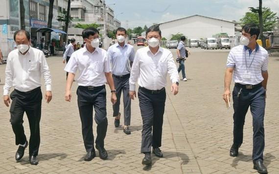 市人委會副主席楊英德(前右二)親往視察寶元公司的疫情防控工作。(圖源:勇方)