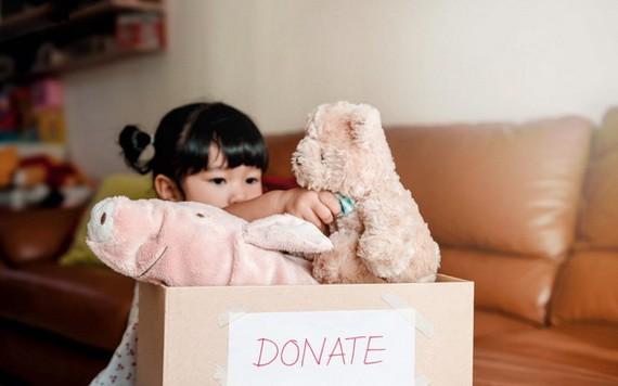 給清貧朋友捐出舊玩具是讓孩子形成良好人格的做法。