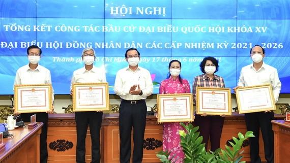 市委書記阮文年(左三)向各單位頒授獎狀。(圖源:越勇)