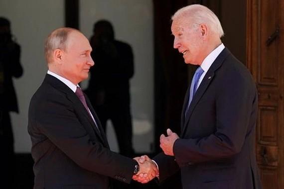 俄羅斯總統普京和美國總統拜登在會談前握手。(圖源:Getty Images)