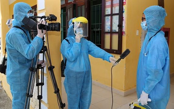 記者在隔離區進行採訪。(示意圖源:阮安然)