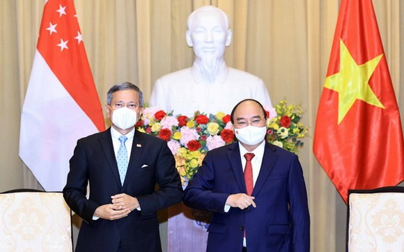 國家主席阮春福(右)與新加坡外交部部長維文‧巴拉科瑞斯南合影。(圖源:VOV)