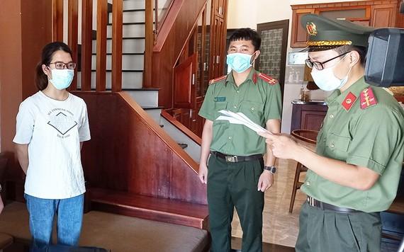 執法警員向黎氏清祿宣讀起訴令。(圖源:光海)