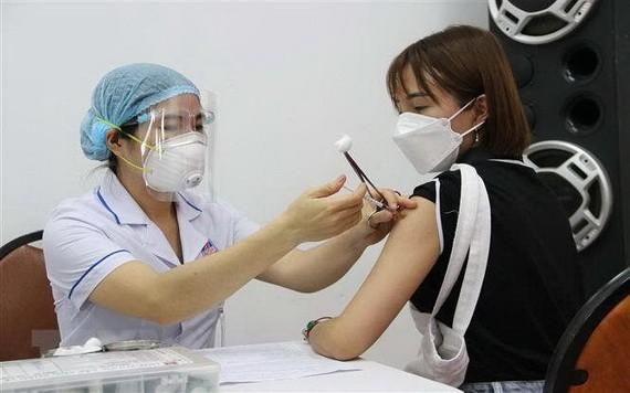 一名女性在接受新冠疫苗注射。(圖源:越通社)