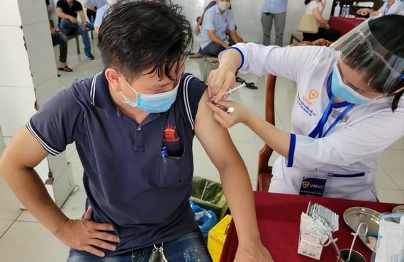 萬成公司員工在接種新冠疫苗。
