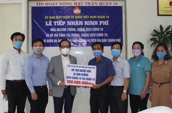 張豐裕先生(左三)代表萬盛發集團向第十郡越南祖國陣線委員會移交善款。