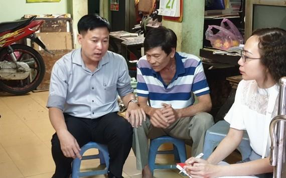 第五郡越南祖國陣線委員會主席黎晉才探訪華人榮軍張年就(中)。