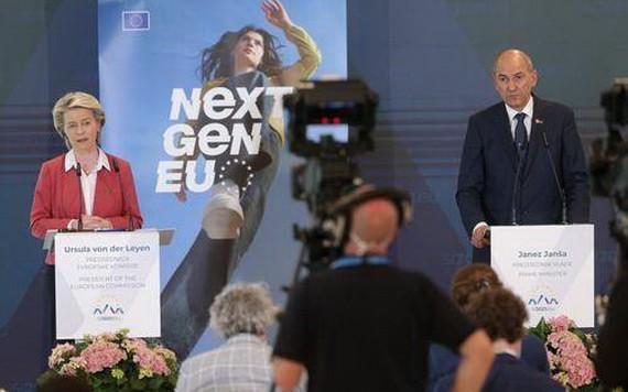 7月1日,斯洛文尼亞總理揚沙(右)在布爾多與歐盟委員會主席馮德萊恩出席記者招待會。(圖源:新華社)