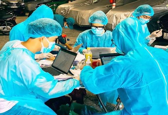 在隔離區,參與抗疫的本市各所醫科大學的志願生正輸入接受採檢者的資訊。