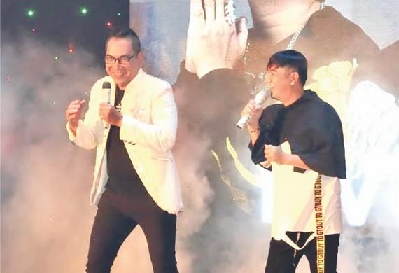 四眼章(左)與歌手李志成同台演出。