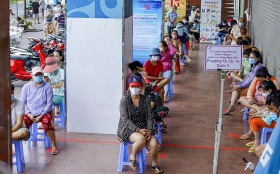 民眾排隊等候購物。