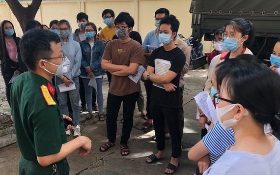 學生們得到指引在檢測室的防護工作。