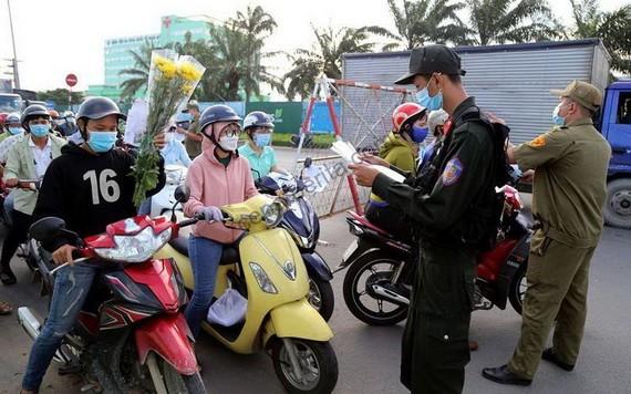 職能機關在檢疫站檢查個人車輛。