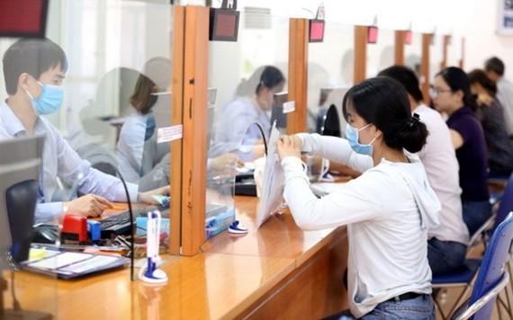 勞工到社保機關辦理失業金申請手續。