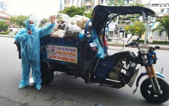 梁玉英晚上免費載運慈善物品送到疫區。