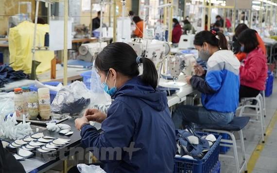 今年上半年,鞋類出口額同比增百分之二十七點八。
