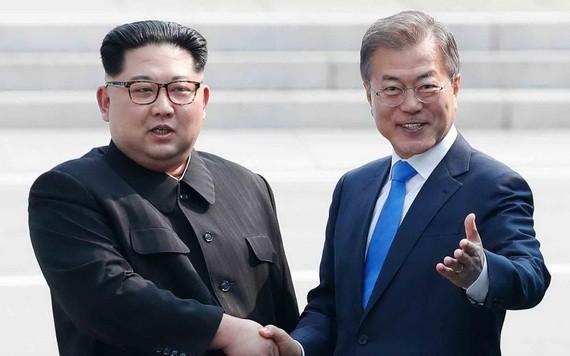 韓總統文在寅(右)和朝鮮國務委員會委員長金正恩(資料圖片)。
