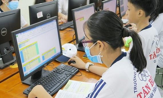 新平郡新平初中學校學生於4月底學習電腦課。