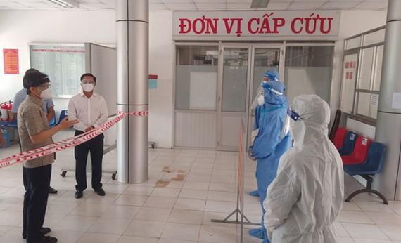 政府副總理武德膽(左)親往隆安省新柱縣野戰醫院實地檢查新冠肺炎病人治療工作。(圖源:安龍)