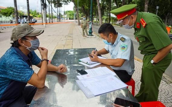 一名違規者(左)被開罰單。(圖源: PLO)