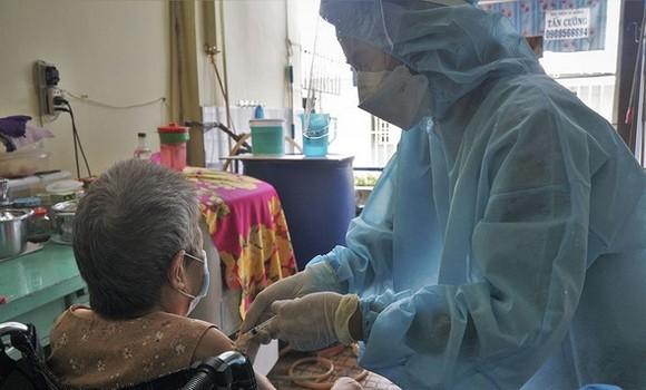 第三郡第五坊武文秦街194號巷行動不便的居民獲得流動疫苗接種 隊的醫護人員上門為其接種新冠疫苗。