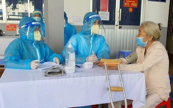 第五郡民眾接種新冠疫苗。
