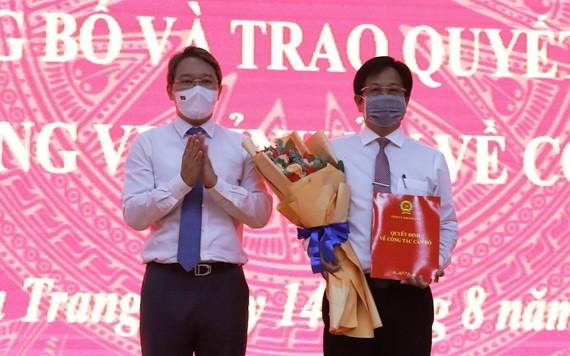 慶和省省委書記阮海寧(左)向胡文喜同志頒授委任《決定》。(圖源:H.L)