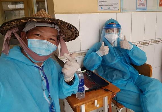 丁克雄與女兒丁周玉明參加協助醫護人員的志願工作。