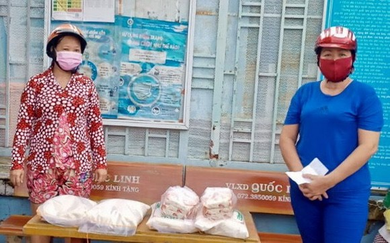 受疫情影響的華人同胞領取救濟品。
