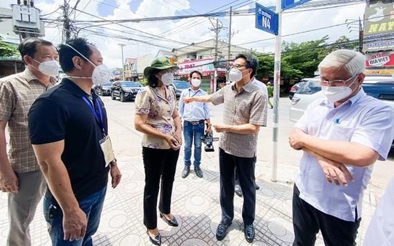 政府副總理武德膽(右二)親往視察平陽省順安市的防疫工作。(圖源:平陽省委宣教處)