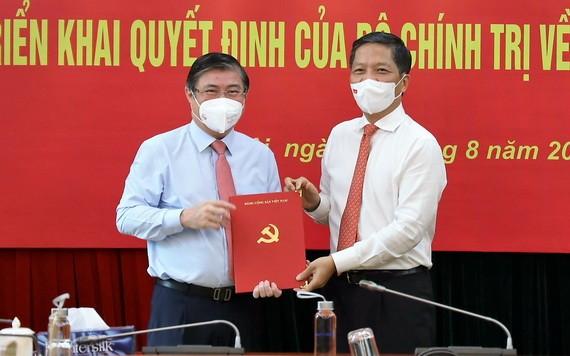 中央經濟部長陳俊英向阮成鋒同志(左)頒授《決定》。(圖源:中央經濟部)