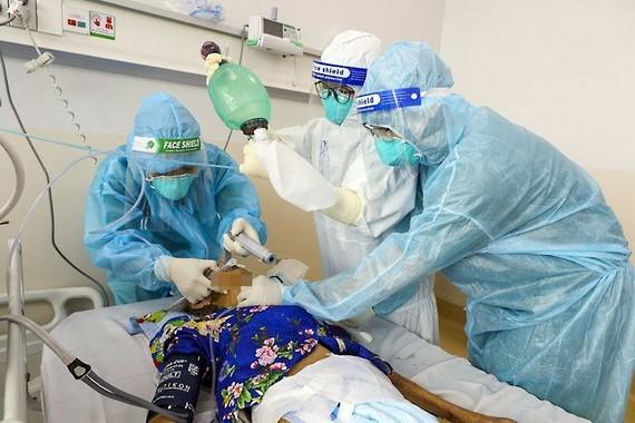 新冠患者在本市一家野戰醫院接受治療。