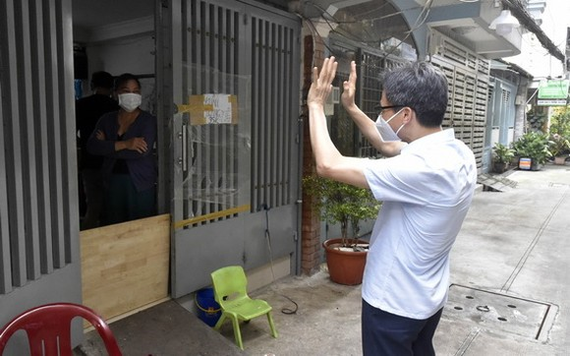 武德膽副總理向居民招手問候。