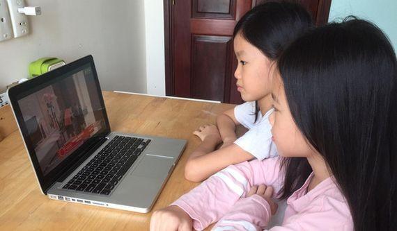 孩子很喜歡使用電子設備。