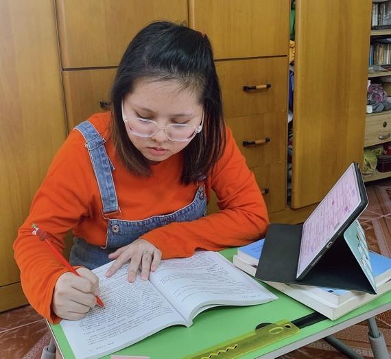 優秀華人學生陳沛欣在線學習。