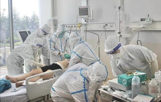 醫護人員在為重症新冠患者進行搶救治。(圖源:越通社)