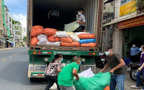 第六郡幹部和公務員正搬運援助地方居民的貨物。