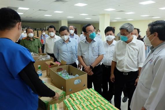 9月8日,市委書記阮文年與工作團前往視察新冠肺炎危重症加護醫院的救治流程。(圖源:進龍)