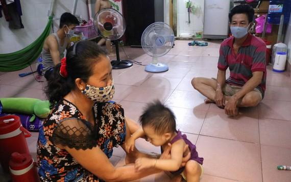 原籍安江省的阮氏燕家庭此前在附近的建設工程做瓦工,但失業了幾個月。全家都想回鄉避疫,可是獲房東鼓勵留下來,並調減租金、電水費。