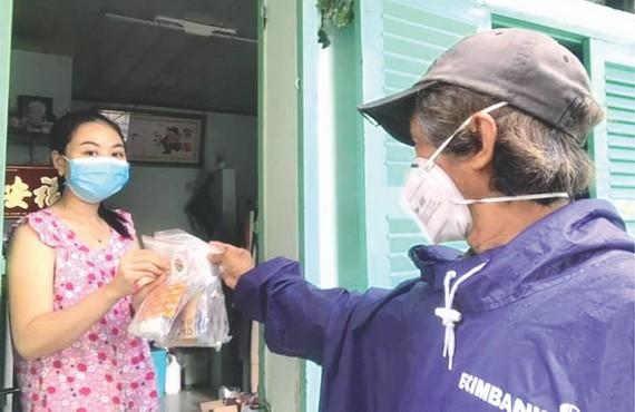 華人攝影家柯成智達派藥品給居家隔離和治療的確診者。