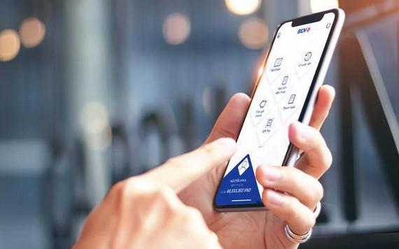 消費者使用智能支付服務。