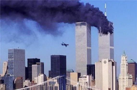圖為 2001年9月11日早上8時46分,美國航空公司11號航班以每小時700公里的速度沖向了世界貿易中心大廈北塔,客機上92名乘客和9名機組人員喪生,飛機燃油爆炸產生的巨大火球向下移動,直至地面。(圖源:互聯網)