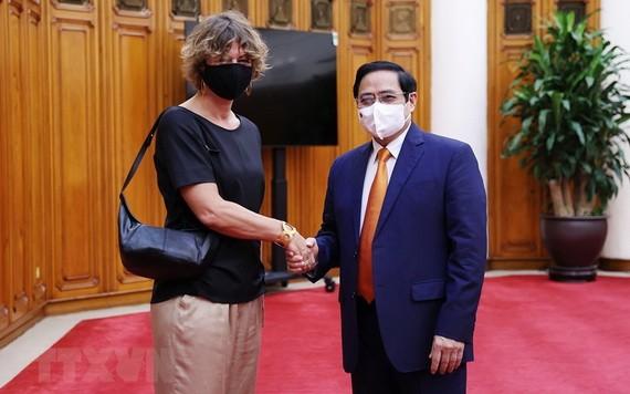政府總理范明政(右)接見荷蘭駐越特命全權大使埃爾斯貝特‧阿克曼。(圖源:越通社)