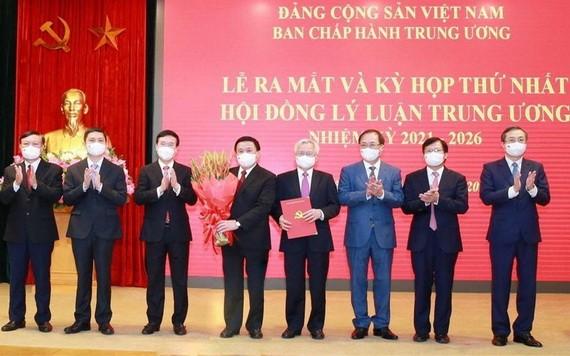 新一屆中央理論委員會成員集體亮相。(圖源:越通社)
